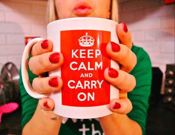 donna tiene tazza con la scritta keep calm