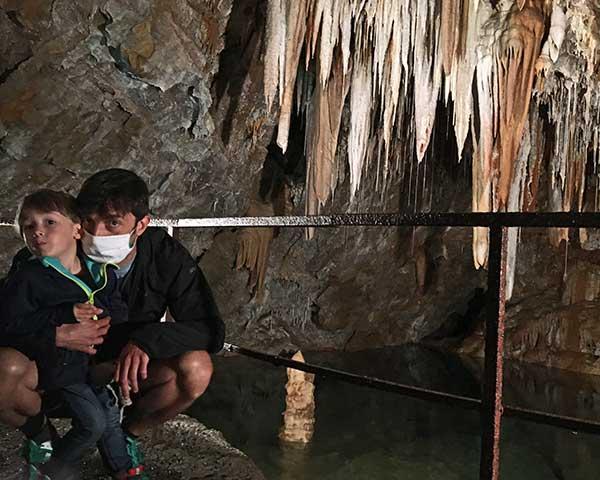 papà bambino in grotta