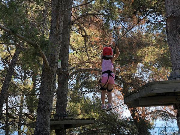 bambina al parco avventura genova