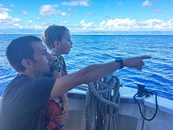 padre e figlio guardano il mare whalewatching