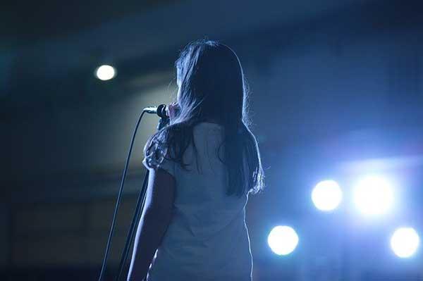 bambina microfono palco