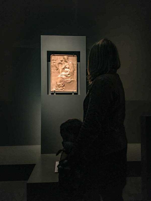 mamma e bambino bassorilievo madonna della scala mostra michelangelo genova