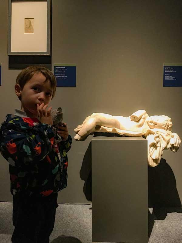 bambino calco cupido mostra michelangelo genova