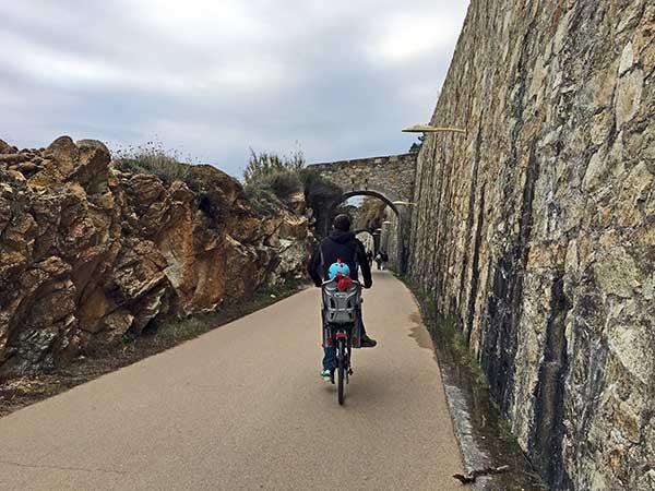 papà e bambino in bici, cogoleto e varazze