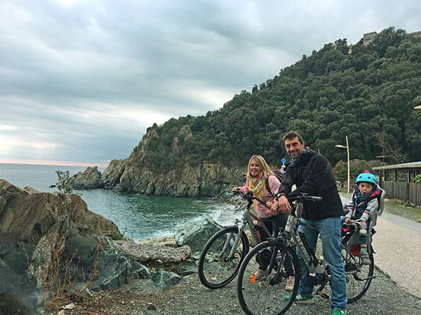 famiglia bicicletta lungomare liguria