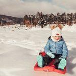 bambino sulla neve in liguria
