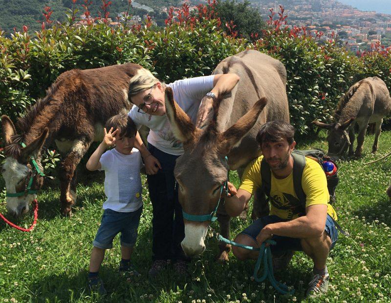 famiglia con asino trekking liguria