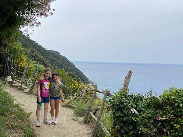 bambine sul sentiero di Punta Manara
