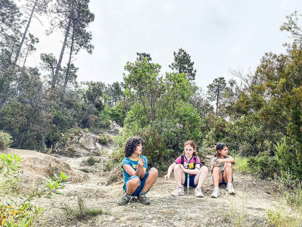 bambini seduti su sentiero trekking