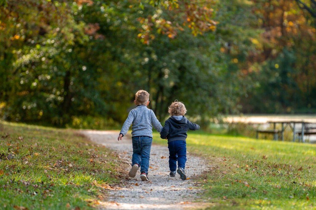 bambini bosco parco autunno