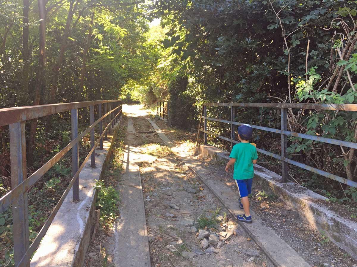 sentiero guidovia ceranesi bambino
